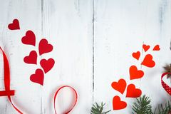 De dagachtergrond, harten en takken van Valentine ` s van een Kerstboom op een witte boom Plaats voor tekst Hoogste mening Royalty-vrije Stock Foto