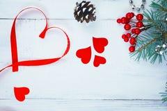 De dagachtergrond, harten en takken van Valentine ` s van een Kerstboom op een witte boom Plaats voor tekst Hoogste mening Royalty-vrije Stock Foto's