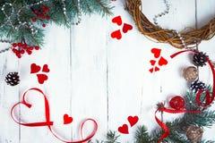 De dagachtergrond, harten en takken van Valentine ` s van een Kerstboom op een witte boom Plaats voor tekst Hoogste mening Stock Foto