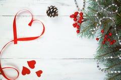 De dagachtergrond, harten en takken van Valentine ` s van een Kerstboom op een witte boom Plaats voor tekst Hoogste mening Stock Afbeelding