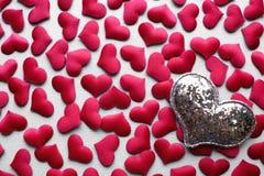 De dagachtergrond van liefdevalentijnskaarten met rode harten De ruimte van het exemplaar Stock Fotografie