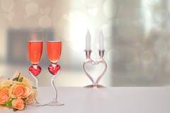 De dagachtergrond van de valentijnskaart Een heldere lijstbovenkant met twee glazen in vorm van rode harten met champagner en een stock afbeelding
