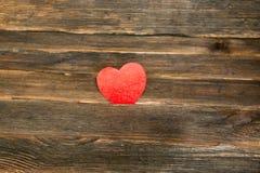 De dagachtergrond van valentijnskaarten met hart Donkere houten achtergrond Stock Afbeelding