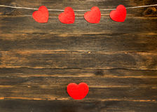 De dagachtergrond van valentijnskaarten met harten Donkere houten achtergrond Stock Fotografie