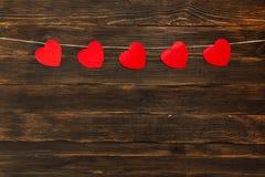 De dagachtergrond van valentijnskaarten met harten Houten achtergrond Stock Afbeelding