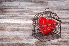 De dagachtergrond van Valentine met hart in kooi Stock Afbeeldingen