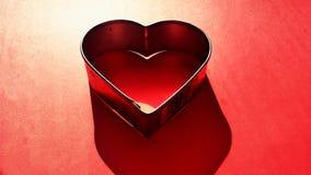 De Dagachtergrond van Valentine met het gelezen hart van de koekjessnijder Stock Foto's