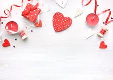 De dagachtergrond van Valentine, rode harten op wit royalty-vrije stock foto's