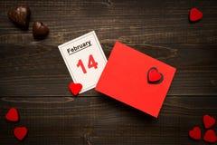 De dagachtergrond van Valentine ` s De Dagkaart en kalender van Valentine ` s op het houten bureau Stock Foto