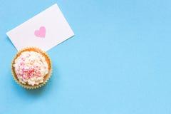 De dagachtergrond van Valentine ` s De dagkaart van Valentine ` s en cupcake met exemplaarruimte op de blauwe achtergrond Royalty-vrije Stock Foto