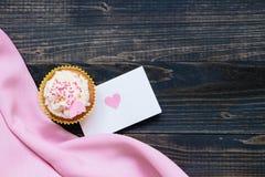 De dagachtergrond van Valentine ` s De dagkaart van Valentine ` s en cupcake met exemplaarruimte op de houten donkere achtergrond Stock Fotografie
