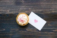 De dagachtergrond van Valentine ` s De dagkaart van Valentine ` s en cupcake op de houten donkere achtergrond Royalty-vrije Stock Afbeelding
