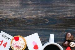 De dagachtergrond van Valentine ` s De dagkaart van Valentine ` s, koffie, chocolade en cupcake met exemplaarruimte op de donkere Stock Foto