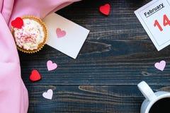 De dagachtergrond van Valentine ` s De dagkaart van Valentine ` s, kop van koffie en cupcake met exemplaarruimte op de donkere ac Stock Foto