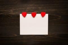 De dagachtergrond van Valentine ` s De Dagkaart van Valentine ` s met rode harten op het houten bureau Royalty-vrije Stock Foto