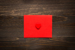 De dagachtergrond van Valentine ` s De Dagkaart van Valentine ` s met rood hart op het houten bureau Royalty-vrije Stock Foto's