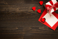 De dagachtergrond van Valentine ` s Giftvakje, rode harten en de dagkaart van Valentine ` s met exemplaarruimte op het houten bur Royalty-vrije Stock Afbeelding