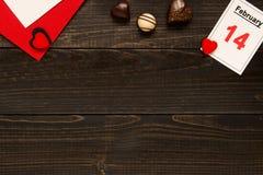 De dagachtergrond van Valentine ` s met exemplaarruimte De Dagkaart van Valentine ` s met chocolade op de houten lijst Stock Afbeelding