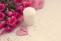 De dagachtergrond van Valentine ` s met hart, kaars en rozen Royalty-vrije Stock Foto