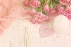 De dagachtergrond van Valentine ` s met hart, kaars en rozen Stock Afbeelding
