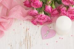 De dagachtergrond van Valentine ` s met hart, kaars en rozen de bovenkant wedijvert Royalty-vrije Stock Afbeeldingen