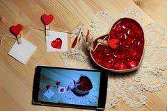 De dagachtergrond van Valentine ` s met liefdebrieven en hartvormen - witte bladen, vaste klemmen met harten op een koord, en sma Royalty-vrije Stock Afbeeldingen