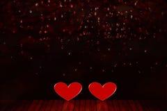 De dagachtergrond van Valentine ` s Twee rode harten op de vloer stock afbeeldingen