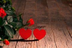 De dagbanner van Valentine, de rode houten achtergrond van rozen ands harten royalty-vrije stock afbeelding