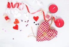 De dagbehang van Valentine, rode harten op wit stock foto's
