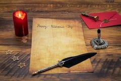 De Dagcad van klassiek Valentine met decoratieve schacht en tribune, rood wikkelt met wasverbinding, rode kaars, houten DE, ruimt royalty-vrije stock fotografie