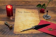 De Dagcad van klassiek Valentine met decoratieve schacht en tribune, rood wikkelt met wasverbinding, rode kaars en nam, ruimte vo stock afbeeldingen