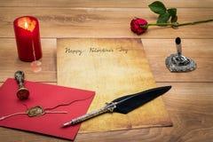 De Dagcad van klassiek Valentine met decoratieve schacht en tribune, rood wikkelt met wasverbinding, rode kaars en nam, ruimte vo royalty-vrije stock afbeelding