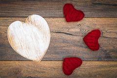 De Dagcad van Retro klassiek Valentine, groot wit geschilderd houten geïsoleerd hert, 3 rode knuffelherten, op uitstekende eiken  royalty-vrije stock afbeelding