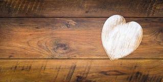 De Dagcad van Retro klassiek Valentine, groot wit geschilderd houten hert dat en op rechterkant met grote exemplaarruimte wordt g royalty-vrije stock foto's