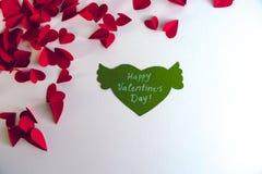 De dagconcept van de valentijnskaart ` s Groenboekhart met vleugels en gelukwens en rode harten op witte achtergrond Stock Foto