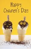 De Dagconcept van gelukkige Kinderen met de kegels van het pretroomijs Royalty-vrije Stock Foto