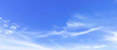 De Dagconcept van het wereldmilieu: witte pluizige wolken in de blauwe hemel stock foto