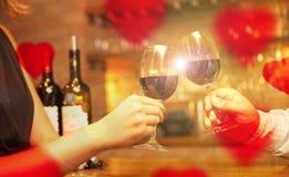 De Dagconcept van Valentine met wijn en glazen stock foto