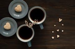De dagconcept van Valentine ` s, blauwe kop met thee op kleine hartenachtergrond en liefdewoorden op houten textuur, natuurlijk l Royalty-vrije Stock Foto's