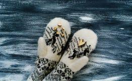 De dagconcept van Valentine ` s, houten hart op vuisthandschoenen met Skandinavisch ornament op blauwe achtergrond, natuurlijk li Royalty-vrije Stock Afbeeldingen