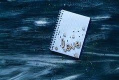De dagconcept van Valentine ` s, houten inschrijving op liefde en harten op een notitieboekje met een kalender, natuurlijk licht, Royalty-vrije Stock Foto