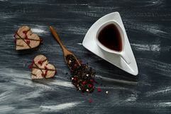 De dagconcept van Valentine ` s, kleine harten en witte kop met thee op blauwe en witte achtergrond, natuurlijke lichte, hoogste  Stock Afbeeldingen