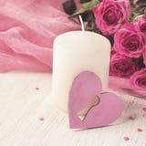 De dagconcept van Valentine ` s met hart, kaars en rozen Royalty-vrije Stock Afbeeldingen