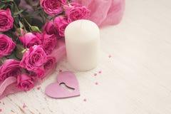 De dagconcept van Valentine ` s met hart, kaars en rozen Stock Foto
