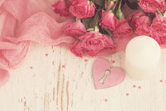 De dagconcept van Valentine ` s met hart, kaars en rozen Royalty-vrije Stock Foto
