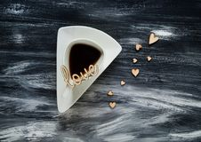 De dagconcept van Valentine ` s, witte driehoekige kop en houten hart op blauwe achtergrond, natuurlijk licht, ruimte voor tekst Stock Foto's