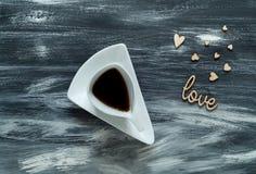 De dagconcept van Valentine ` s, witte kop met koffie op kleine hartenachtergrond op blauwe houten textuur, ruimte voor tekst, ho Stock Fotografie