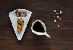 De dagconcept van Valentine ` s, witte kop met koffie op kleine hartenachtergrond en liefdewoorden op houten textuur, natuurlijk  Royalty-vrije Stock Afbeeldingen