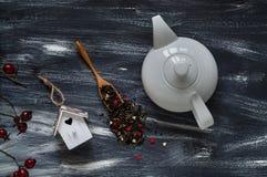De dagconcept van Valentine ` s, witte theepot en klein vogelhuis op blauwe en witte achtergrond, natuurlijke lichte, hoogste men Royalty-vrije Stock Fotografie