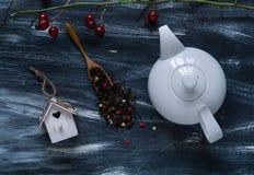 De dagconcept van Valentine ` s, witte theepot en klein vogelhuis op blauwe en witte achtergrond, natuurlijke lichte, hoogste men stock foto's